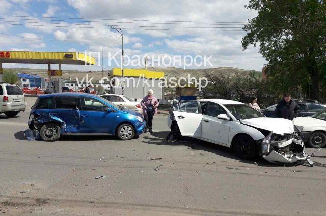 В результате ДТП пострадала 68-летняя водитель на синей Тойоте.
