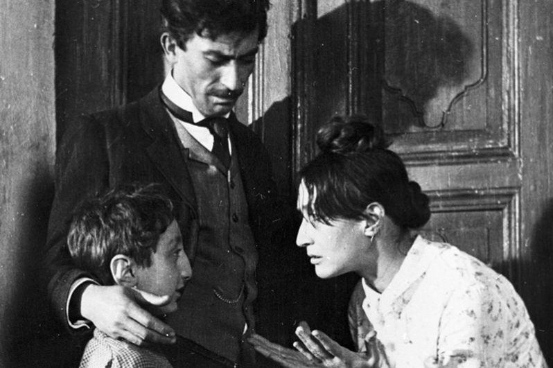 Актеры Вахтанг Кикабидзе (в центре) и Софико Чиаурели (справа) в сцене из фильма Георгия Данелии «Не горюй». 1969 год.