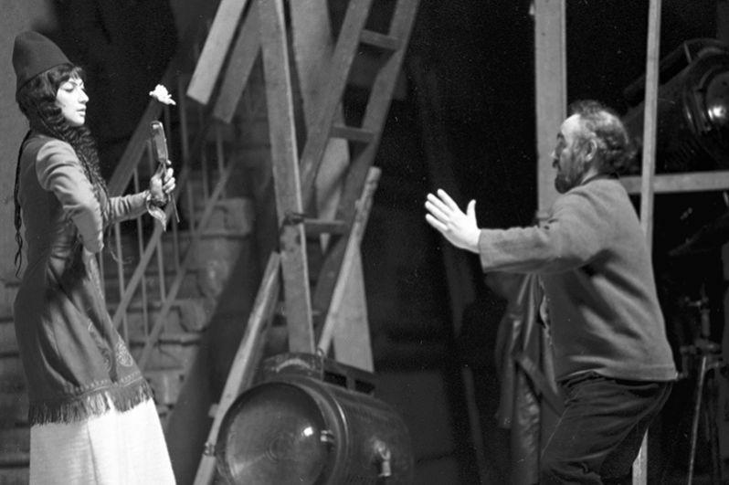 На съемках художественного кинофильма «Саят-Нова». Режиссер-постановщик фильма Сергей Параджанов и исполнительница роли царевны Анны - Софико Чиаурели. 1968 год.