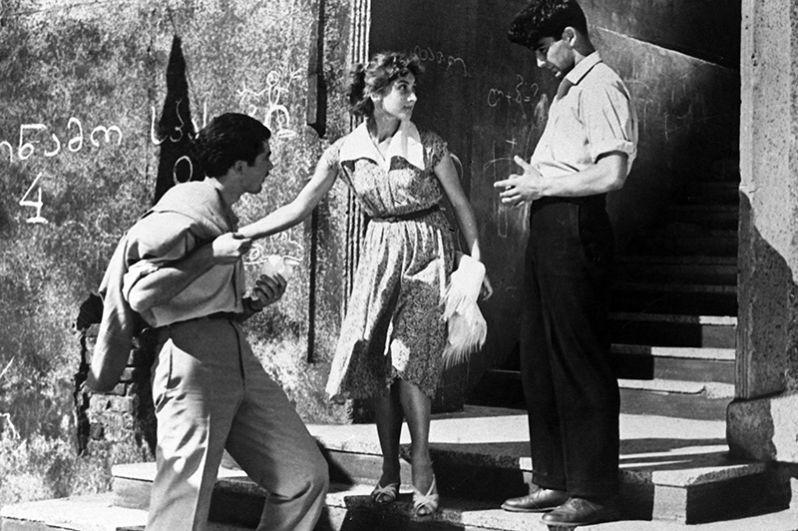 Гоча Абашидзе (Бажа), Софико Чиаурели (Цицина) и Георгий Шенгелая (Дато) (слева направо) в кадре из художественного фильма «Наш двор». Режиссер Резо Чхеидзе. 1956 год.