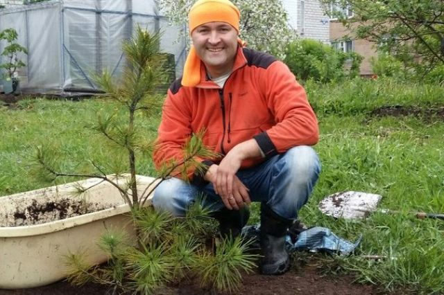 Дмитрий высаживает деревья в Архангельске