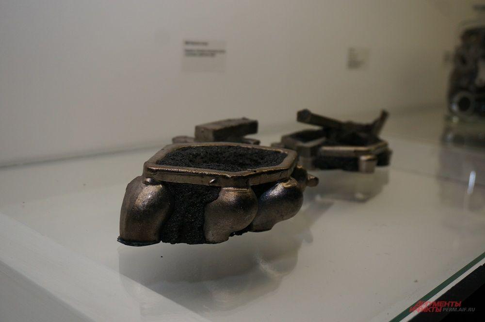 Среди экспонатов – оптоволоконный кабель, деревянные фигурки, металлические детали…