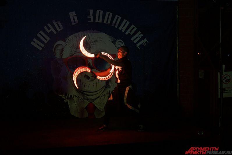 На главной сцене прошло красочное световое шоу с бугенги.