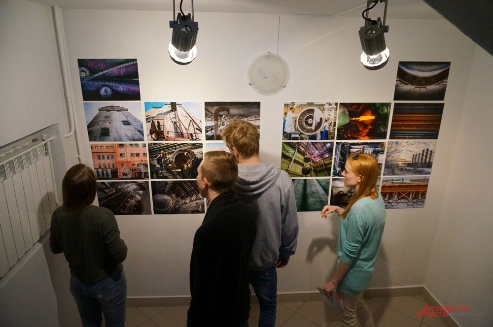 На лестничном пролёте разместилась выставка фотографий пермских предприятий.