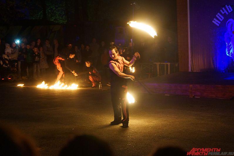 Самый яркий момент программы в зоопарке – фаер-шоу в исполнении пермского коллектива Salamandra.