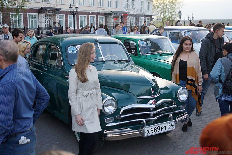 Пермяки тут же окружили автомобили. Бесплатно пофотографироваться с экспонатами в этот день мог любой желающий.