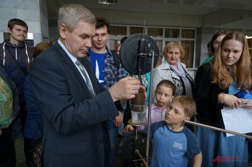 """В Пермском университете """"Ночь музеев"""" прошла 19 мая. В главном корпусе показывали физические опыты."""