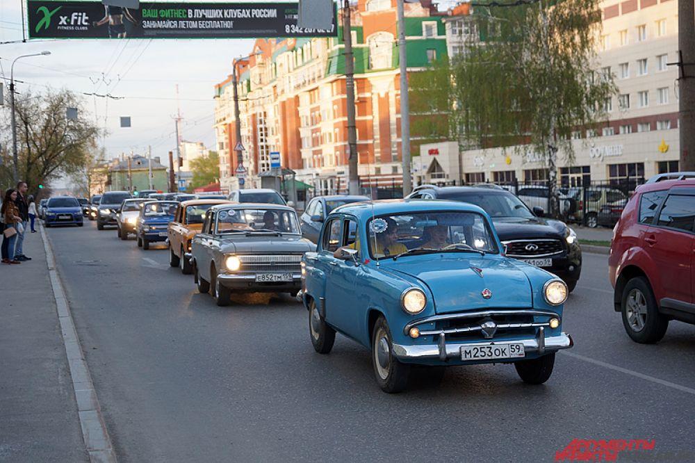 Колонна ретроавтомобилей проехалась по Перми вечером в субботу, 20 мая.