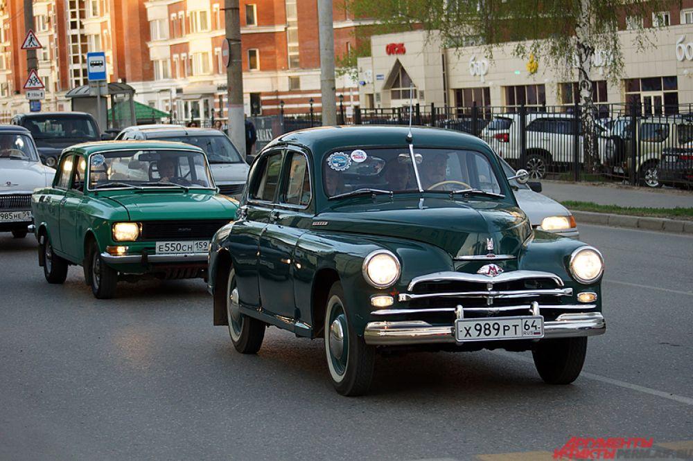 Музей «Ретро-Гараж» в честь акции устроил автопробег легендарных советских автомобилей по городу.