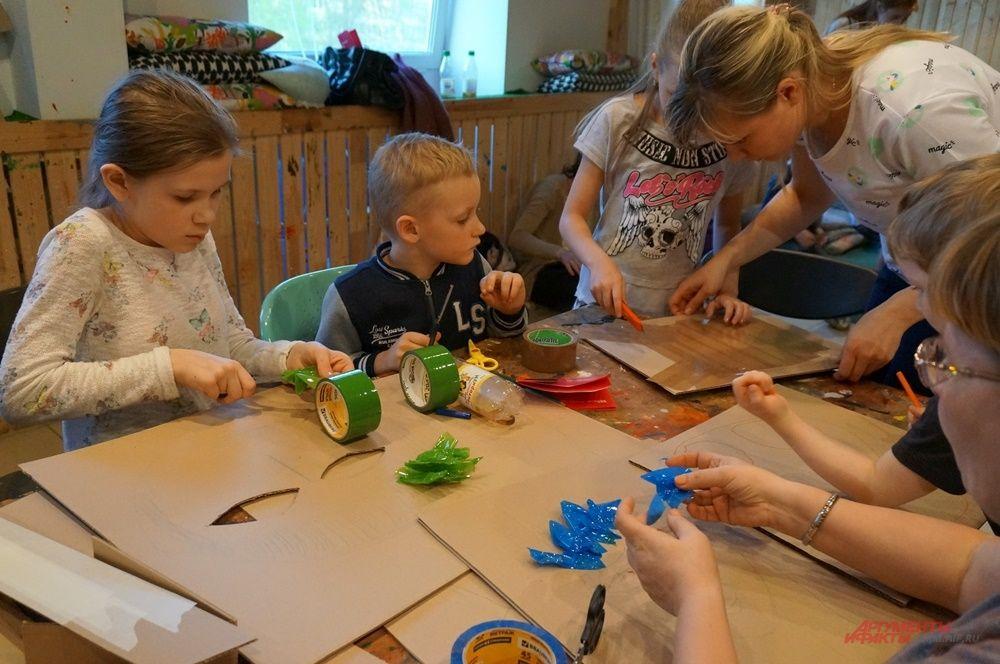 """Детский проект """"Чердак"""" организовал большую картонную мастерскую."""