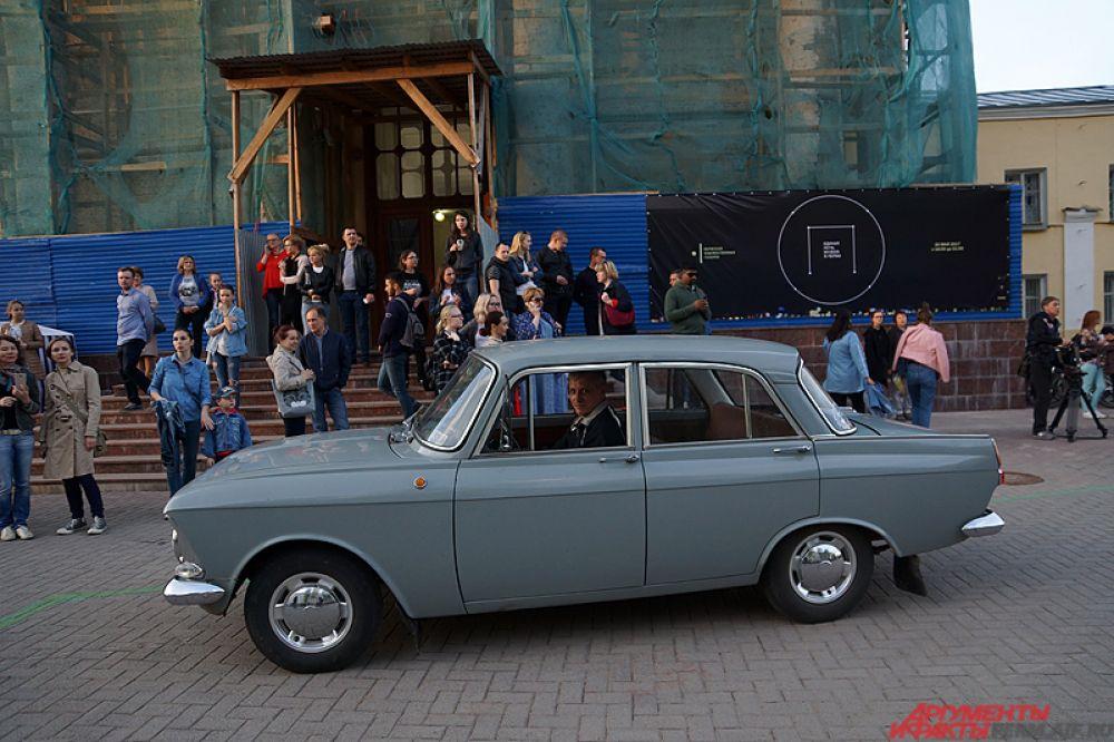 Автомобили расположились рядом с Пермской художественной галереей.