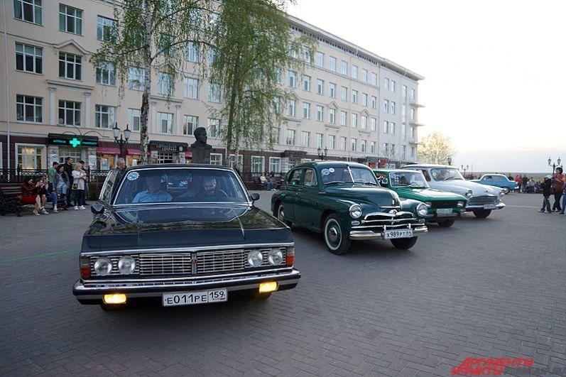 Машины выстроились в ряд на Соборной площади.