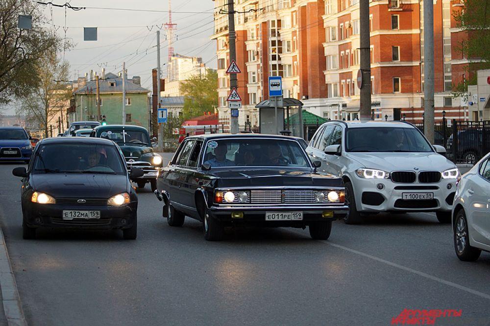 Всего в мероприятии участвовали порядка 10 старых советских автомобилей: легендарная «Чайка», «Запорожец», «Москвич», «Победа» и другие раритетные модели.