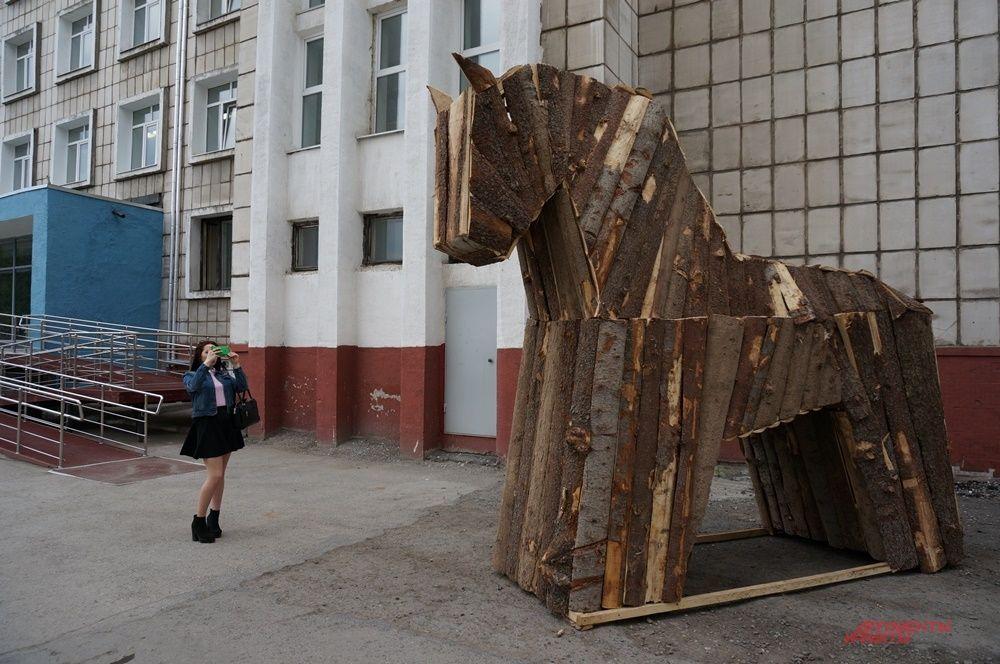 """Арт-объект """"Троянский конь"""" около студенческого дома культуры."""