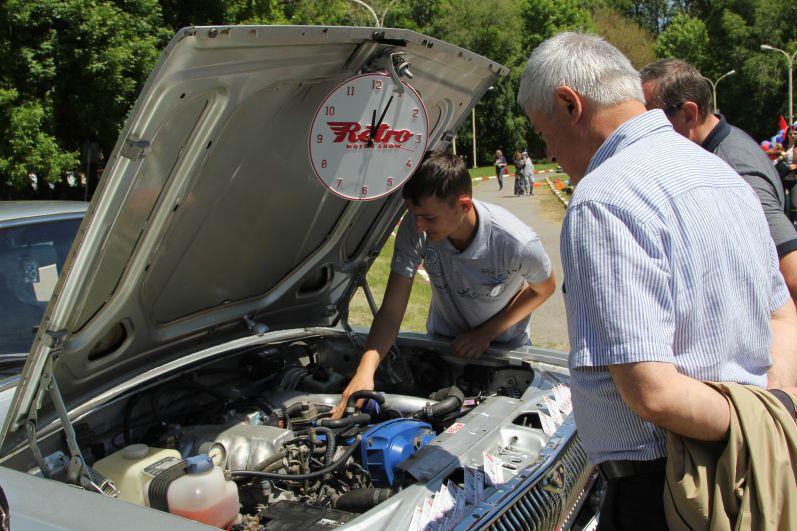 Любителей автомобилей интересовало и внутреннее устройство машин.