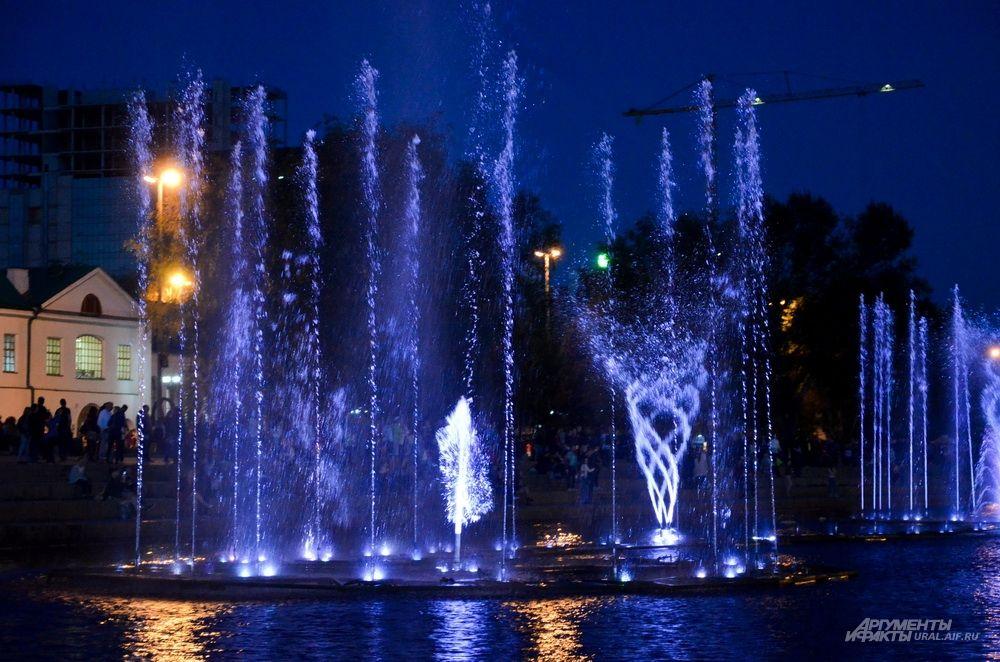 Светящиеся поющие фонтаны в Историческом сквере.