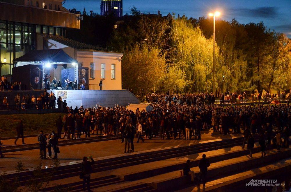 Выступление группы «Красная скрипка» на «Ночи музеев» перед зданием Екатеринбургского музея изобразительных искусств.