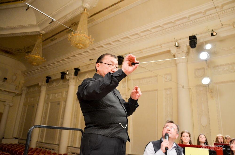 Маэстро Энхе – дирижер Уральского молодежного оркестра.