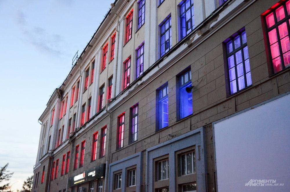 Световая инсталляция в здании Приборостроительного завода.