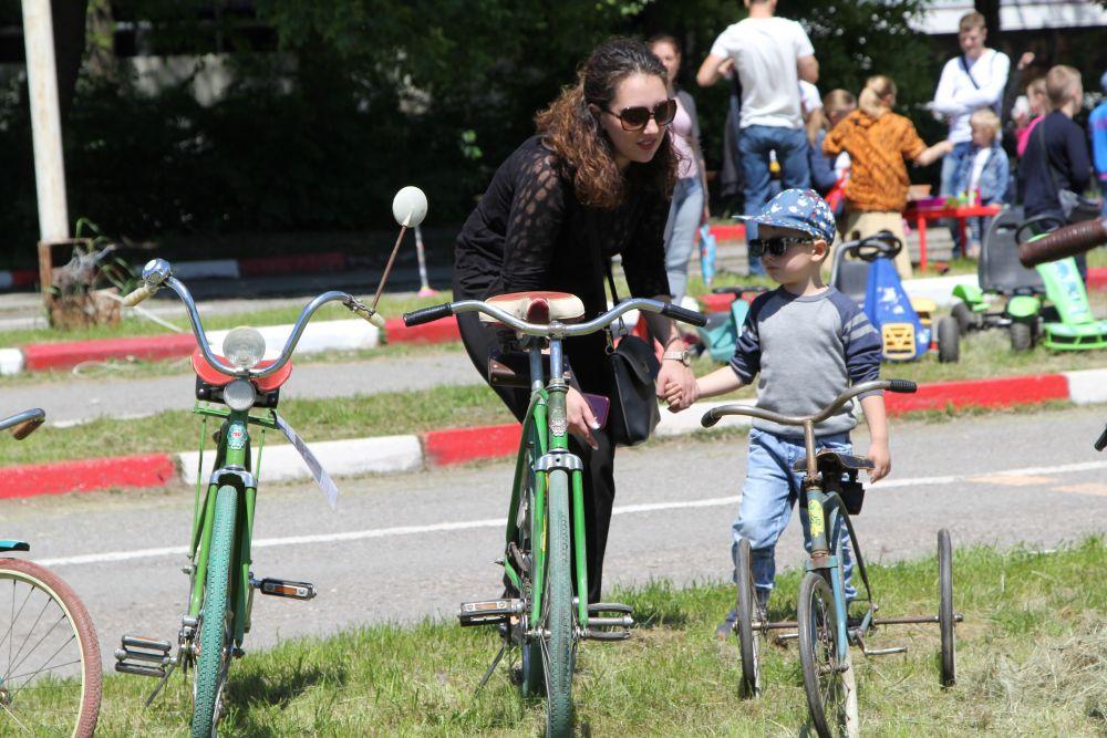 Кроме машин на «Ретро-мотор-шоу» демонстрировали велосипеды и мопеды 70-80-х годов.