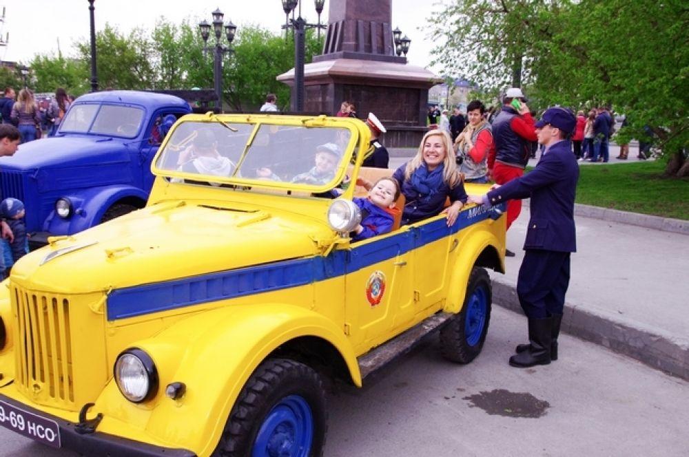 Посетителей ждала традиционная фотосессия в стиле ретро с автомобилями и мотоциклами советского периода.