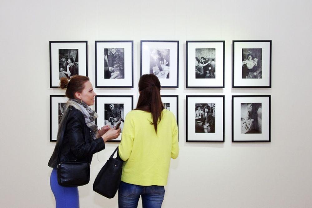 Там же прошла выставка черно- белых фотографий .