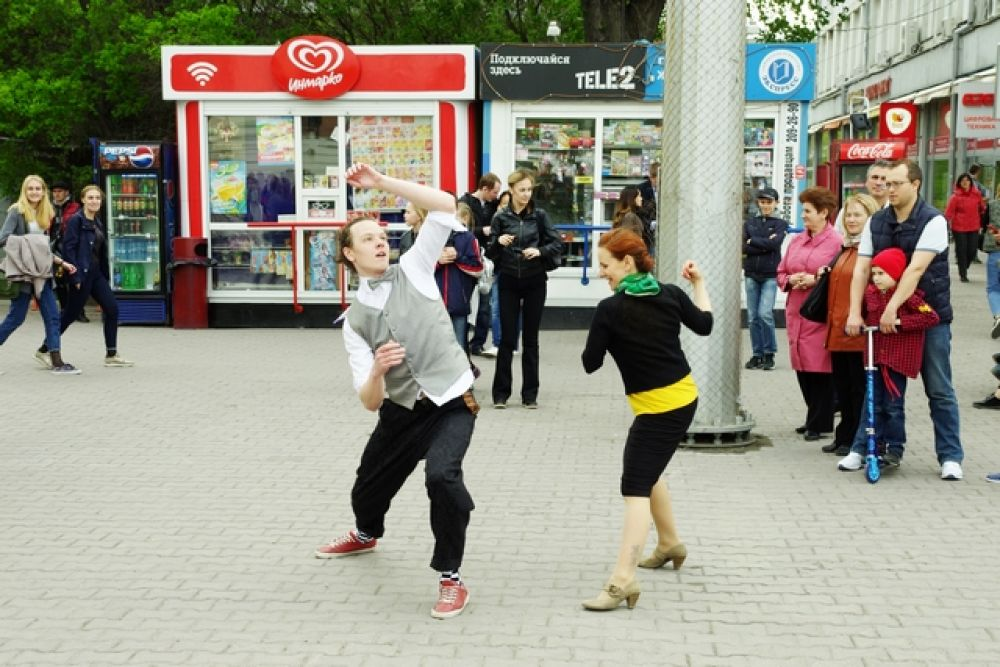 Возле Краеведческого музея развернулись жаркие танцы.