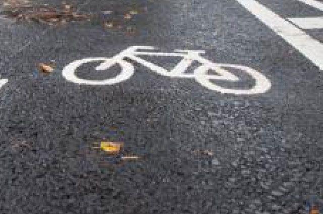 В Тюмени велосипедист неудачно перестроился и врезался в иномарку