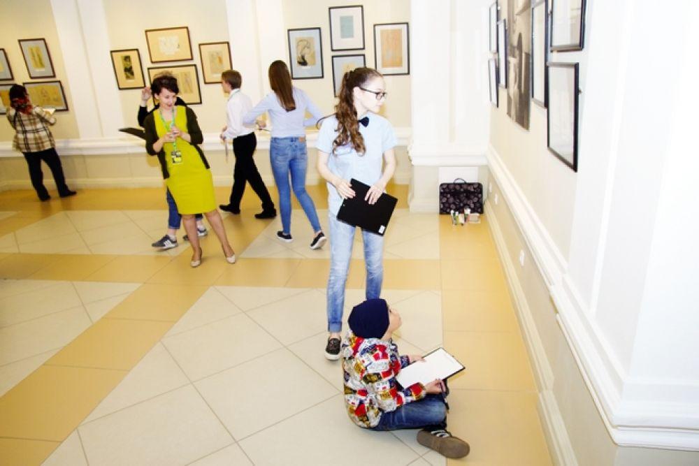Дети тренировались в перерисовывании картин известных художников.