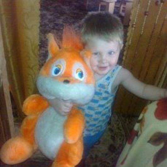 Мирошкин Илья, 7 лет. Любимая игрушка - большая рыжая белка, мягкая, пушистая. Он ее очень любит с детства!