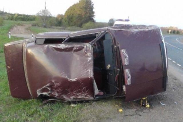 58-летний житель Большесосновоского района, находясь за рулем автомобиля ВАЗ-21074, не справился с управлением и съехал в правый кювет. При этом автомобиль, которым он управлял, опрокинулся.