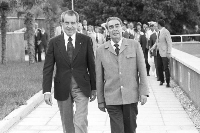 Ричард Никсон и Леонид Брежнев после прогулки на катере по Черному морю.