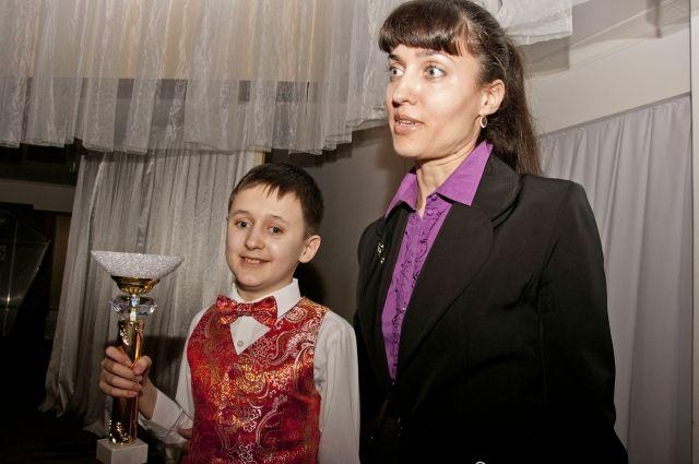 Рома с мамой узнали о гастролях на первом в Омске Дне мецената.