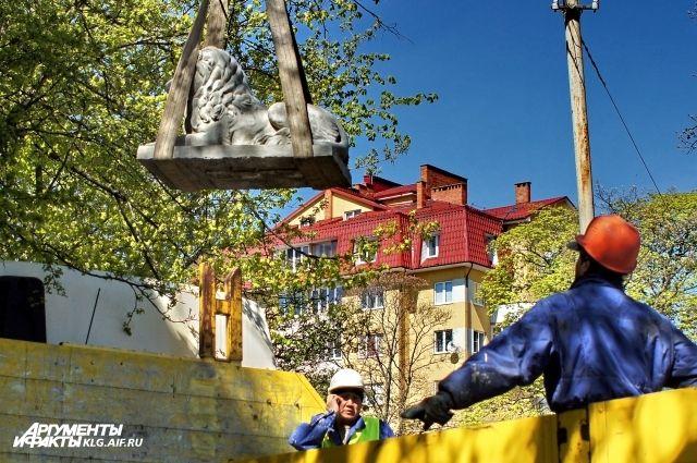 Жильцы с любопытством наблюдали,  как 300-килограммового царя зверей водружали на крышу с помощью подъёмного крана.