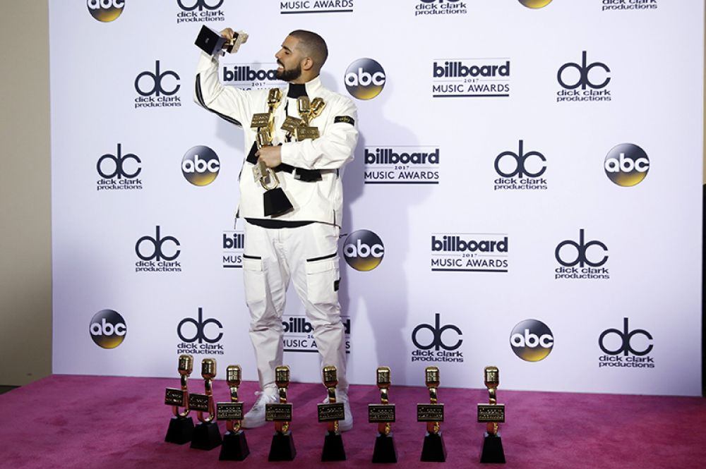 Дрейк собрал 13 из 22 возможных наград, тем самым побив рекорд исполнительницы Адель, получившей в прошлом году 12 статуэток.