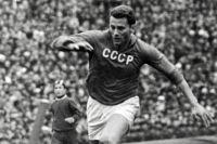 Центральный нападающий сборной команды СССР по футболу Виктор Понедельник. 1963 год.