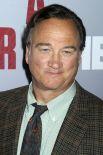 Джеймс Белуши, наиболее известный ролями в фильмах «Красная жара», «К-9» и «Кудряшка Сью».