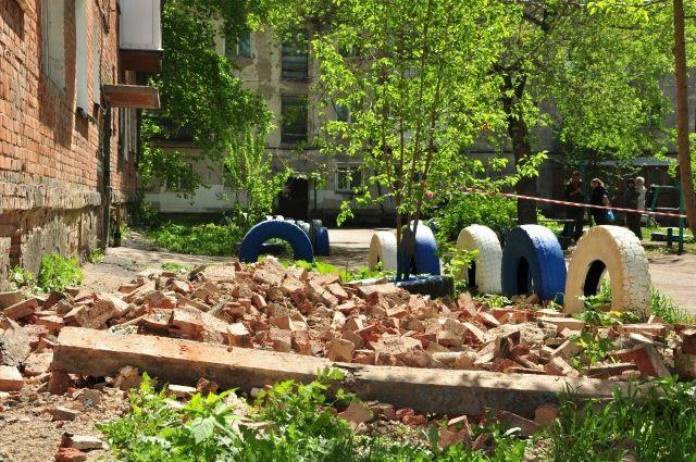 На доме по ул. 50 лет Профсоюзов обрушилась кирпичная кладка.
