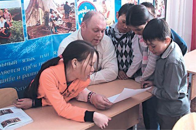 Директор вместе с учениками подбирал кандидатов.