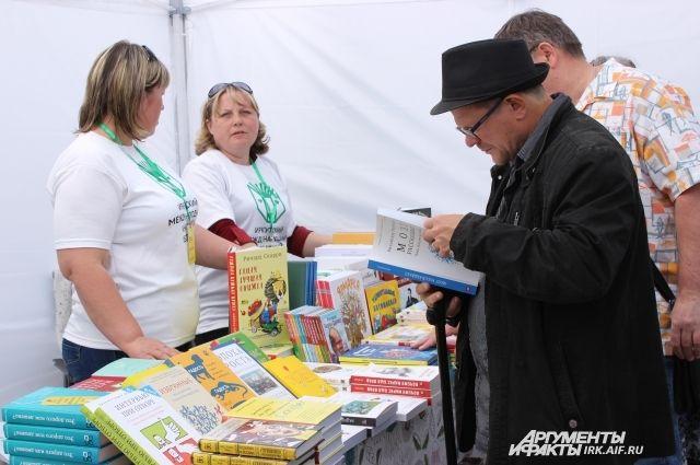 На ярмарке книги не только покупали, но и обсуждали с представителями издательств.