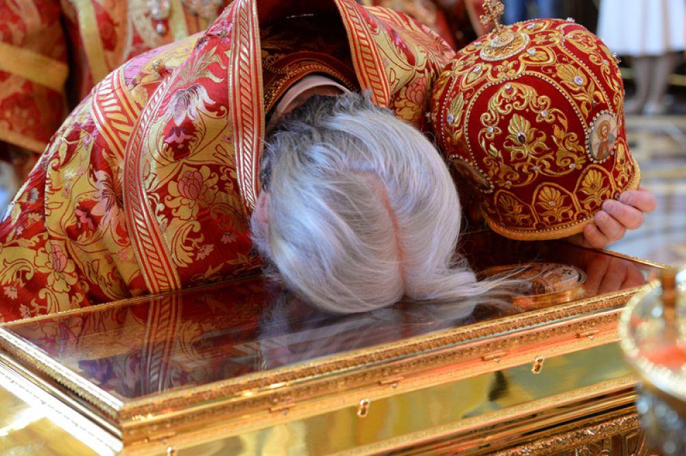 Священнослужитель поклоняется ковчегу с мощами святителя Николая Чудотворца в храме Христа Спасителя в Москве.