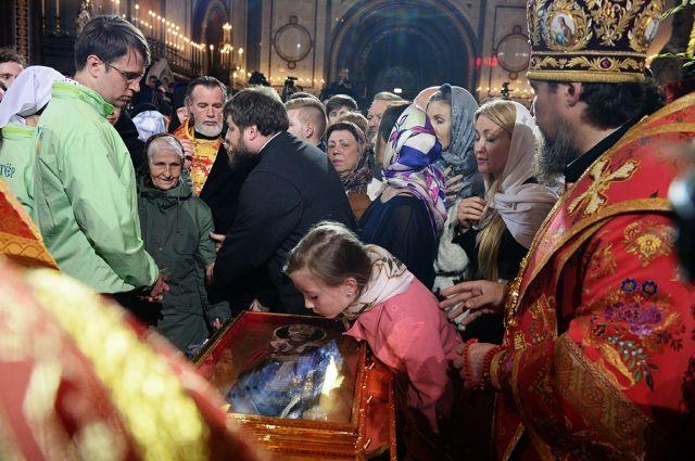 Очередь к мощам Николая Чудотворца в Москве составляет более 2 км