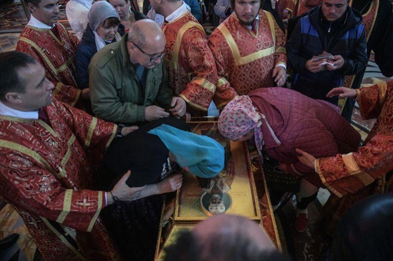 Верующие поклоняются ковчегу с мощами святителя Николая Чудотворца в храме Христа Спасителя в Москве.