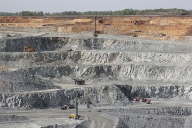 В недрах Михеевского месторождения медно-порфировых руд  в Челябинской области есть не только медь, золото, серебро, молибден и рений, но и ещё десятки минералов.