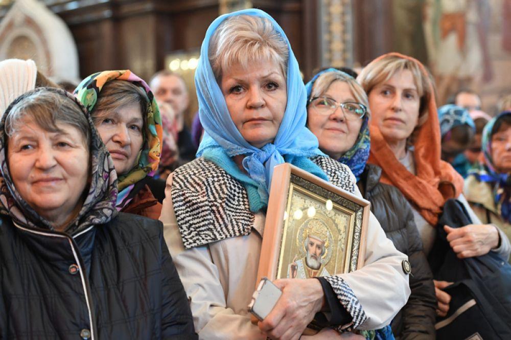 Верующие во время богослужения в храме Христа Спасителя, где находится ковчег с мощами святителя Николая Чудотворца.