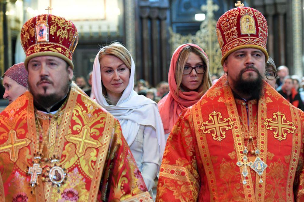 Верующие стоят в очереди в храме Христа Спасителя, где находится ковчег с мощами святителя Николая Чудотворца.