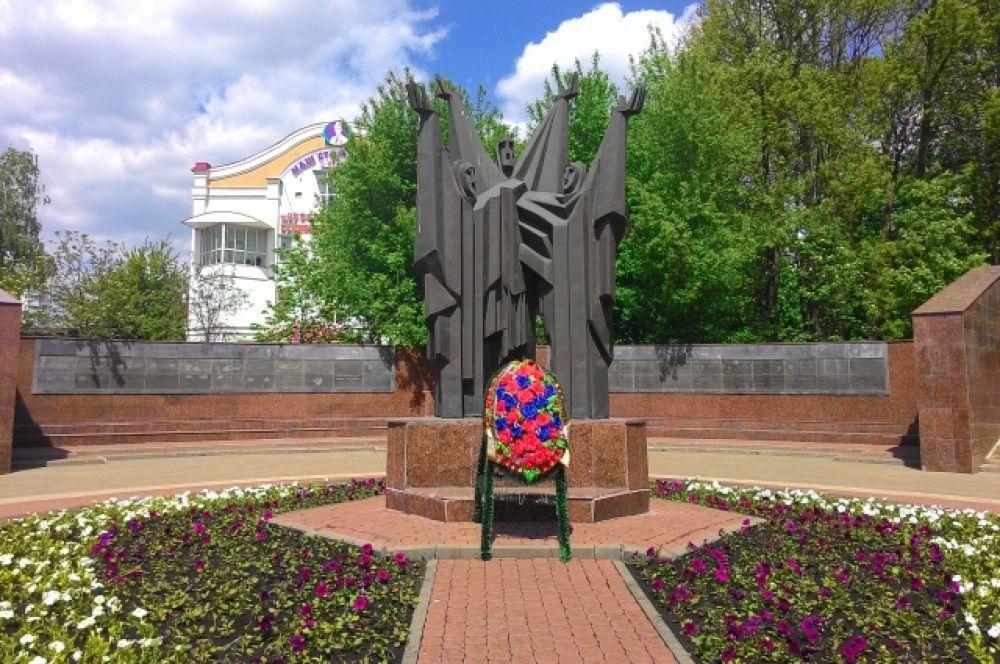 Памятник воинам-интернационалистам находится на улице Гагарина. Он был создан в 1990-е годы и стал частью мемориального комплекса, который расположен на площади Героев. Памятник представлен в виде фигур трех женщин, руки которых подняты вверх. Надпись на памятнике гласит: «Вечная память воинам-интернационалистам».