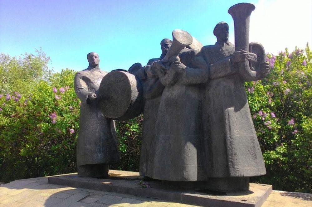 Памятник был поставлен ещё в 1987 году к юбилею революции в Верхнем парке, в честь первого уездного совета. Поэтому вначале скульптурная композиция носила название «Интернационал». Со временем он приобрёл несколько другое значение, стал отражением не частного события, а вечных проблем.