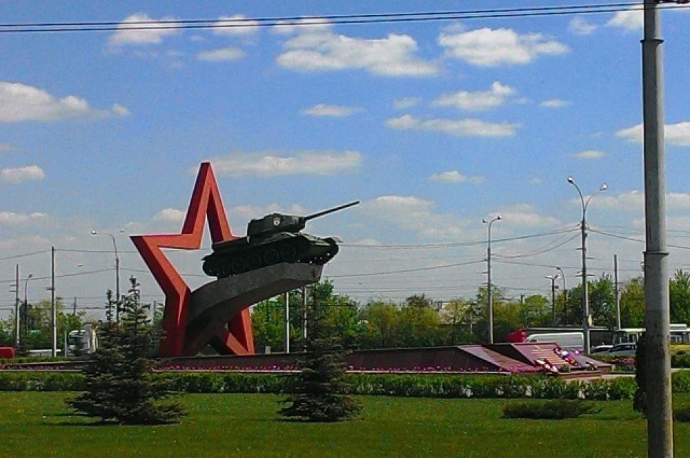 Памятник был открыт 1 декабря 1978 года. На изогнутой железобетонной плите был установлен настоящий танк Т-34 на фоне контура звезды. Вокруг посажены серебристые ели. Инициаторами создания памятника были липецкие ветераны-танкисты армии Катукова.