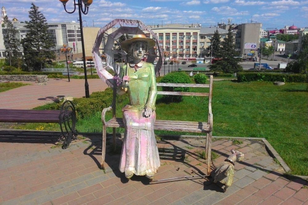 Скульптура Акопа Халафяна «Дама с собачкой» у Липецкого областного драмтеатра имени Льва Толстого. Технология изготовления ничем не отличается от «Бременских музыкантов». На её исполнение скульптору потребовался месяц.